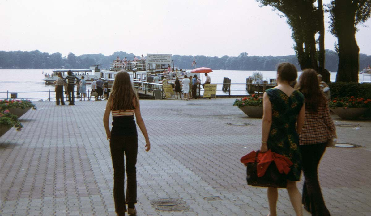 Mrs Haumersen and daughters walking towards cruise boat
