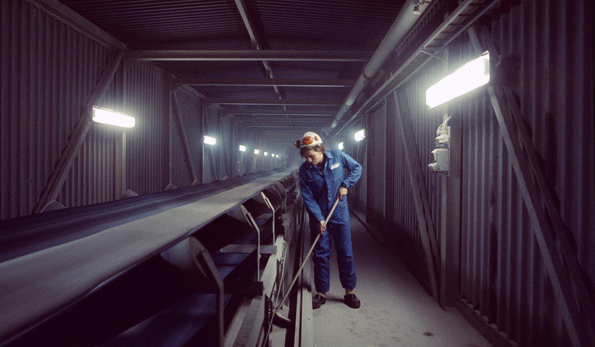 Enclosed conveyor belt, Claes working alongside it