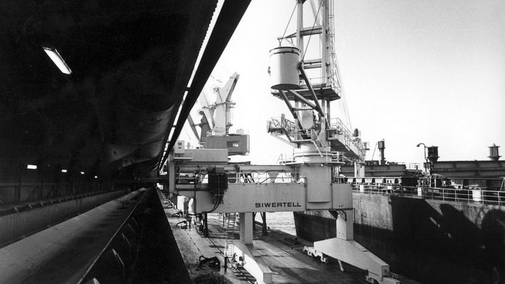 Conveyor belts and unloader by ship at the docks